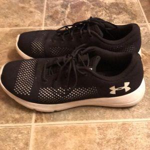 Sz 11 men's black & White UA tennis shoes